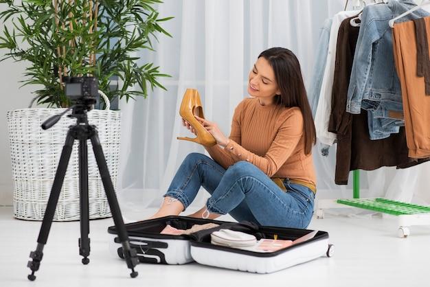 Mujer joven, grabación, en casa