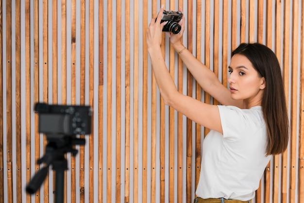 Mujer joven grabando en vivo