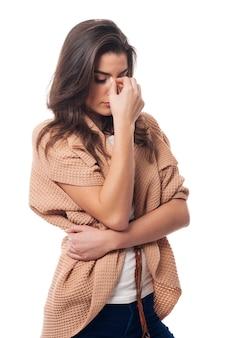 Mujer joven con gran dolor de cabeza