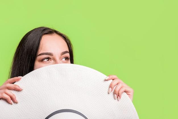 Mujer joven con gran sombrero
