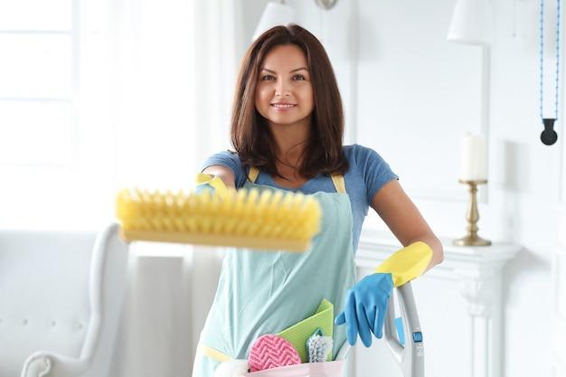 Mujer joven con guantes de goma, listo para limpiar