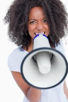Mujer joven hablando fuerte en un megáfono