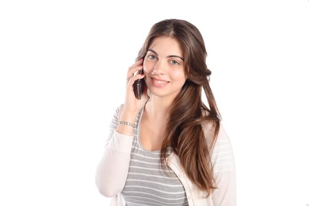 Mujer joven hablando por teléfono