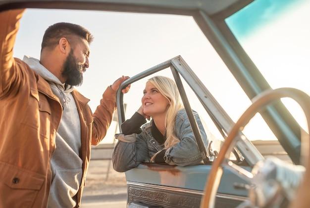 Mujer joven hablando con su novio