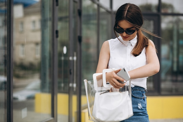 Mujer joven hablando por teléfono en el centro de la ciudad