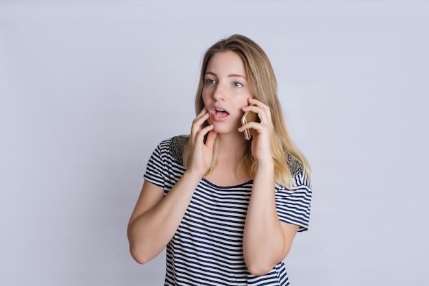 Mujer joven hablando por teléfono inteligente