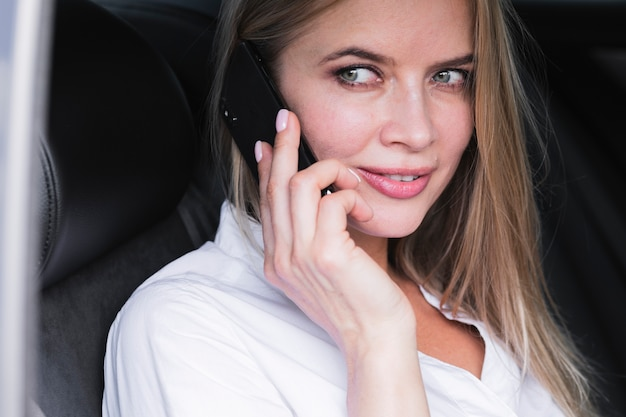 Mujer joven hablando por teléfono tiro medio