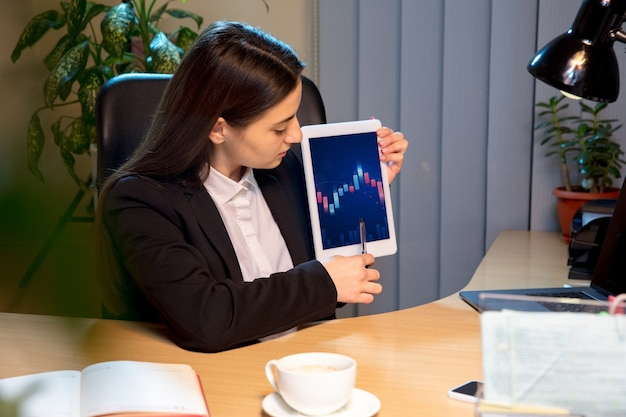 Mujer joven hablando, trabajando durante la videoconferencia con colegas, compañeros de trabajo en casa.