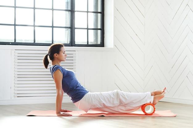 Mujer joven, hacer ejercicios
