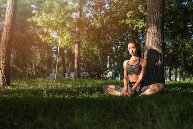 Mujer joven haciendo deporte en el parque