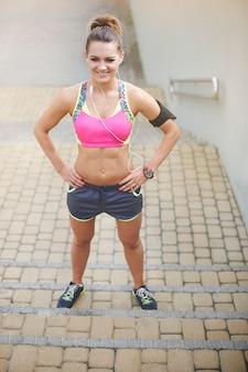 Mujer joven haciendo ejercicio al aire libre. mujer lista para comenzar su entrenamiento diario