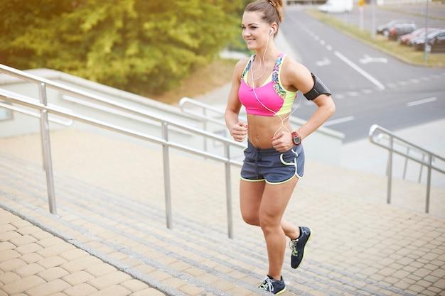 Mujer joven haciendo ejercicio al aire libre. tienes que vencer tu debilidad