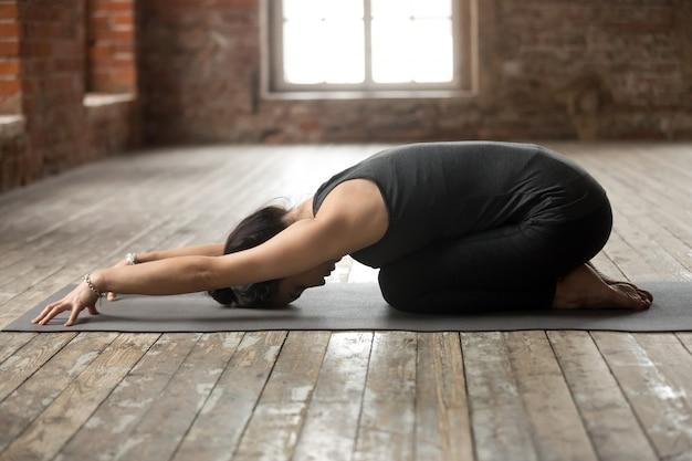 Mujer joven haciendo ejercicio infantil