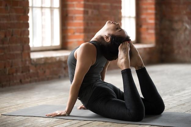 Mujer joven haciendo ejercicio king cobra