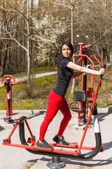 Mujer joven haciendo ejercicios al aire libre