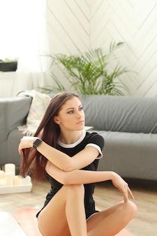 Mujer joven haciendo ejercicios en casa