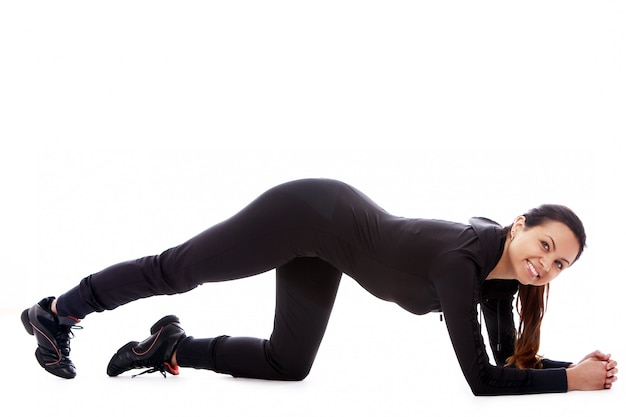 Mujer joven haciendo ejercicios de fitness