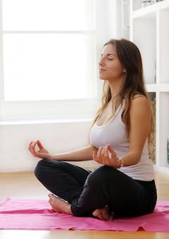 Mujer joven haciendo ejercicios gimnásticos