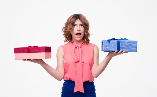 Mujer joven haciendo elección entre regalos