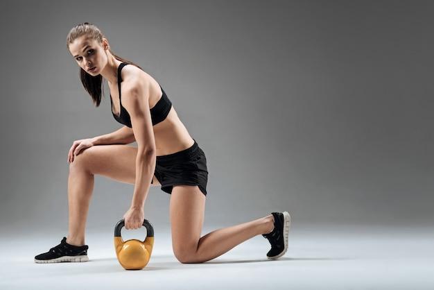 Mujer joven haciendo estocadas con peso