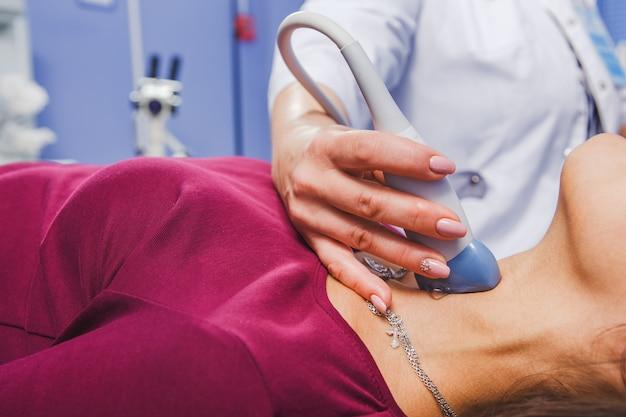 Mujer joven haciendo examen de ultrasonido de cuello
