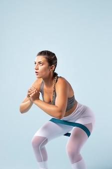 Mujer joven haciendo fitness en ropa deportiva