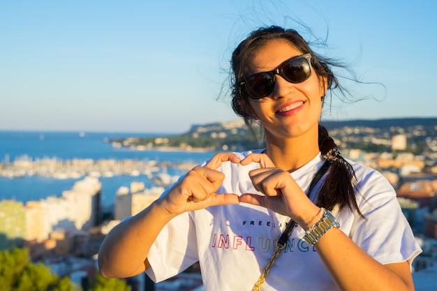 Mujer joven haciendo gesto de amor