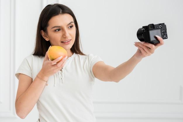 Mujer joven haciendo una presentación