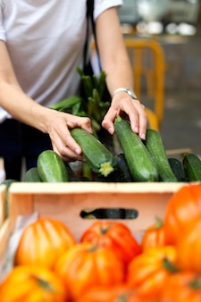 Mujer joven haciendo sus compras de comestibles
