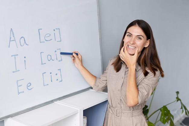 Mujer joven haciendo terapia del habla para niños