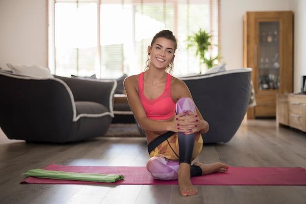 Mujer joven haciendo yoga en casa. entrenamiento hecho y me siento mucho mejor