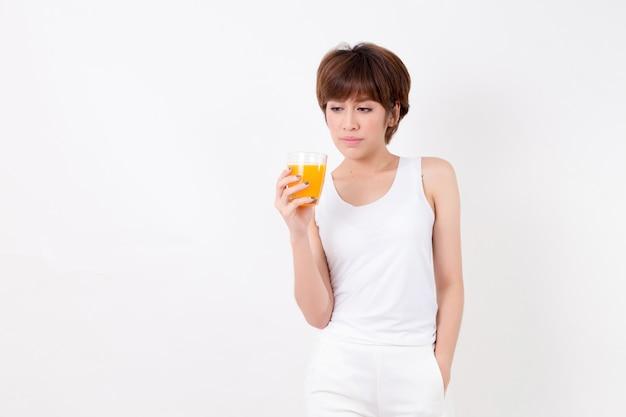 Mujer joven hermosa de asia con el alimento sano. concepto para la salud.