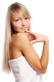 Mujer joven y hermosa en blanco