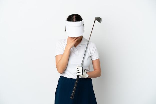 Mujer joven hermosa del jugador del golfista aislada en el fondo blanco con la expresión cansada y enferma