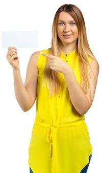 Mujer joven hermosa que sostiene la tarjeta en blanco. aislado sobre fondo blanco