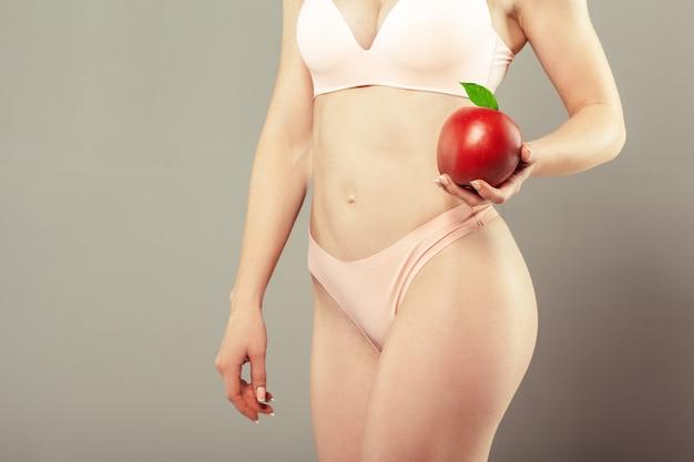 Mujer joven con hermoso cuerpo perfecto delgado en bikini
