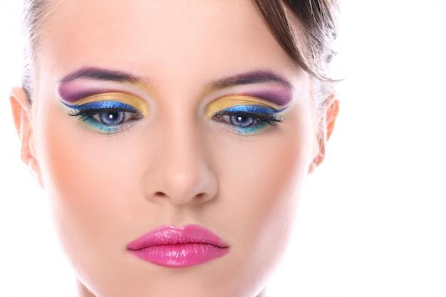 Mujer joven con hermoso maquillaje
