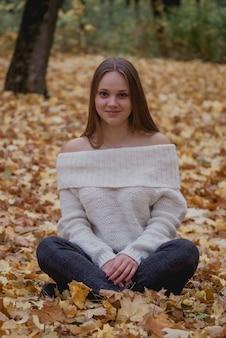 Mujer joven en el hermoso parque de otoño, otoño t. humor feliz
