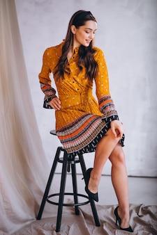 Mujer joven en un hermoso vestido amarillo