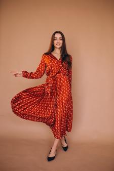 Mujer joven en un hermoso vestido rojo