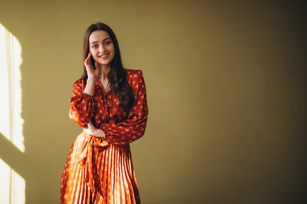 Mujer joven en un hermoso vestido