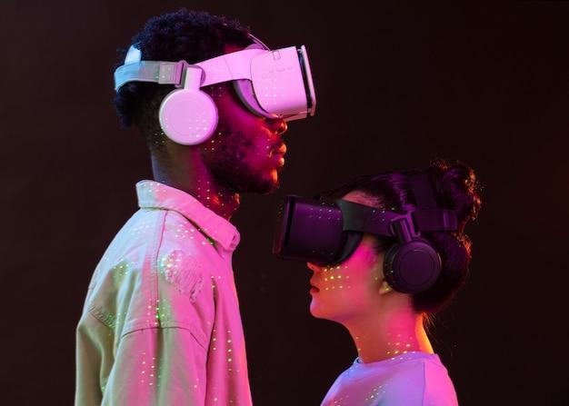 Mujer joven y hombre con gafas vr