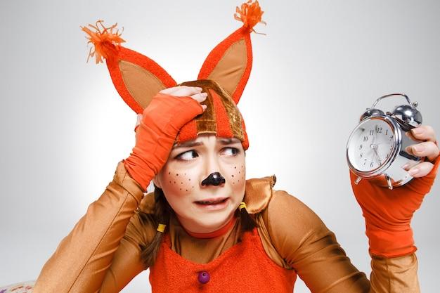 Mujer joven en la imagen de la ardilla roja