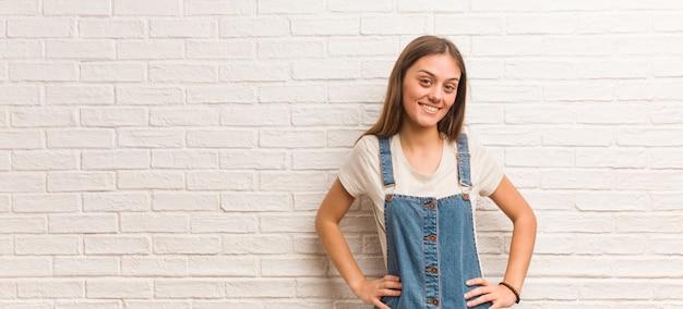 Mujer joven inconformista con las manos en las caderas
