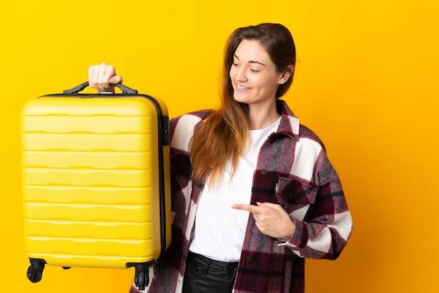 Mujer joven de irlanda aislada en vacaciones con maleta de viaje