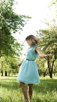 Mujer joven en jardín soleado.