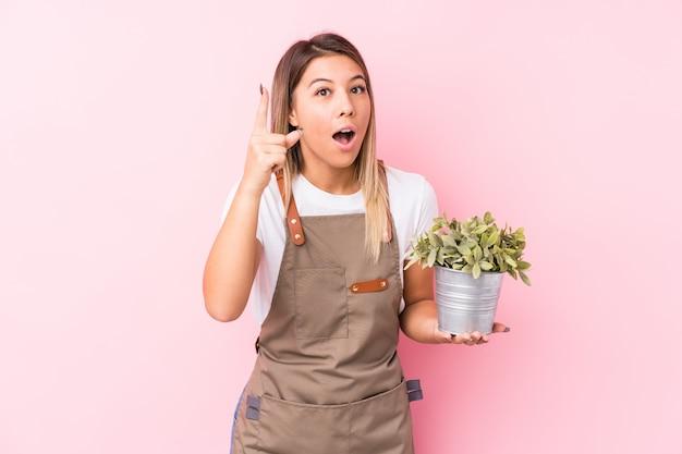 Mujer joven jardinero teniendo una idea