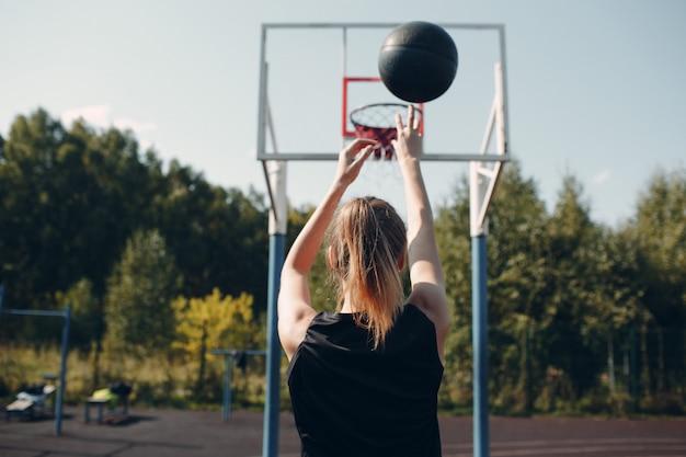 Mujer joven, juego, baloncesto