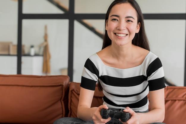 Mujer joven, juego, con, joystick
