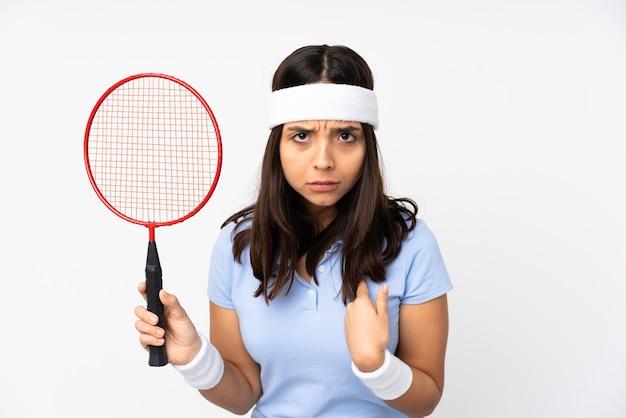 Mujer joven jugador de bádminton sobre blanco aislado apuntando a sí mismo